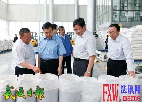 2014-6-4省委书记、省人大常委会主任王三运在荣华集团公司生产车间调研