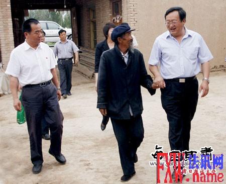 火荣贵慰问黄花滩乡新西村老党员杨怀德